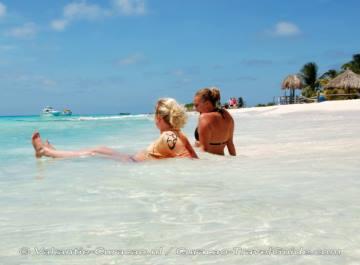 Lekker afkoelen in de zee en op het wiite strand liggen