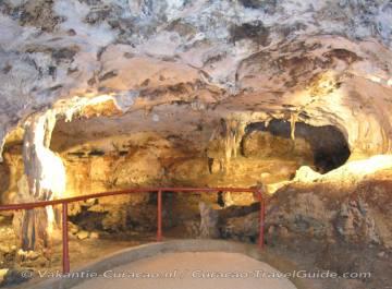 Grot 4 met stalagmieten en stalagtieten